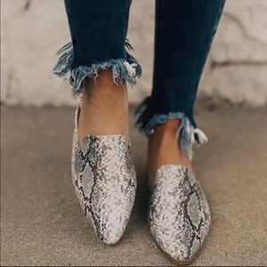 Shoes - Restocked Animal snake print pointed toe mules